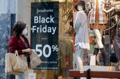 Una mujer pasa por delante de una tienda de ropa, el 27 de noviembre en San Sebastián.