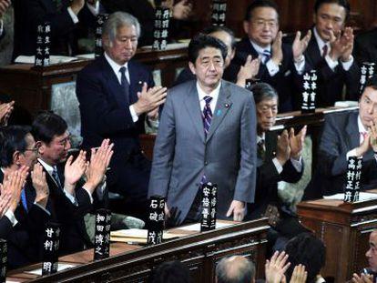 Shinzo Abe saluda entre los aplausos del Parlamento tras haber sido elegido nuevo primer ministro japonés.