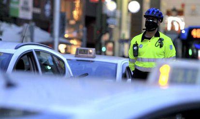 Un agente de movilidad, supervisando ayer el tráfico en la capital.