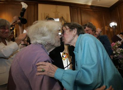 Dos octogenarias son las primeras en casarse en el Ayuntamiento de San Francisco.