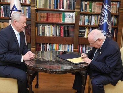 El presidente israelí, Reuven Rivlin, otorga a Benny Gantz el encargo de formar Gobierno, el lunes en Jerusalén.