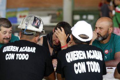 Varios mineros a su llegada al polideportivo de San Rafael, Segovia.