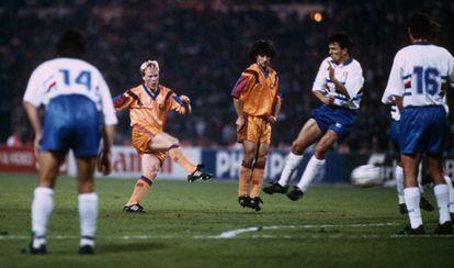 Koeman, en el lanzamiento de falta que dio al Barça su primera Champions ante la Sampdoria en 1992. CORDON