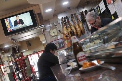 Un cliente en la barra de un bar en Madrid, un día antes de los cierres de los establecimientos.