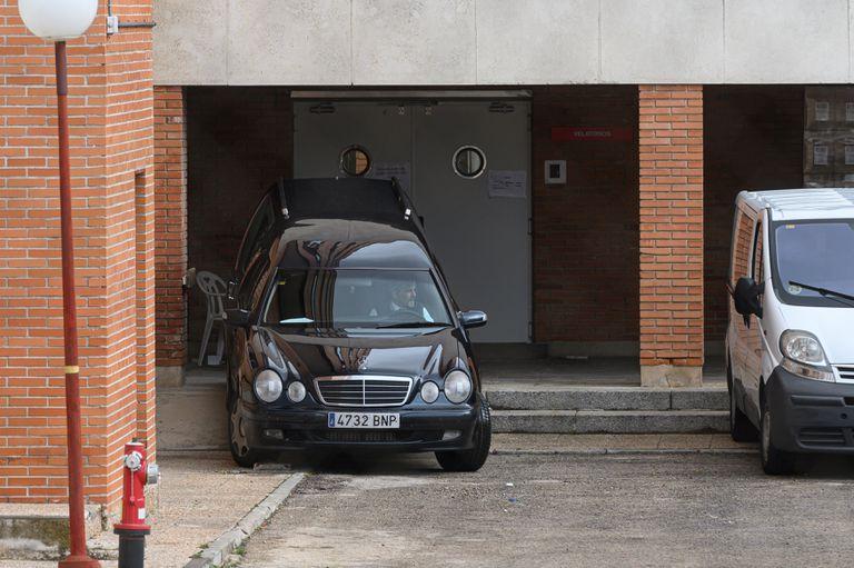 Un coche fúnebre, en la residencia de mayores de Francisco de Vitoria de Alcalá de Henares el pasado mes de abril.