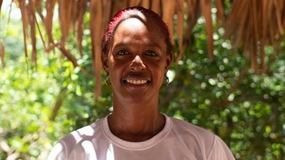 Luz Nelly Camacho da clases a sus estudiantes al aire libre en una pequeña comunidad rural en María La Baja después de verse desplazada varias veces por la violencia de los grupos armados ilegales que azotan el departamento de Bolívar, en el Caribe colombiano.