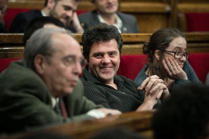 Julià de Jòdar junto a Josep Manel Busqueta en el Parlament.