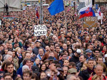 Manifestación para exigir la dimisión del jefe de la policía eslovaca, tras el asesinato de Jan Kuciak y su prometida, este domingo en Bratislava. En vídeo, denuncias de ciudadanos y políticos.