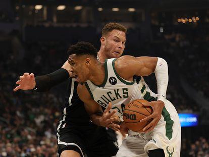 Antetokounmpo intenta zafarse del marcaje de Blake Griffin durante el partido entre los Bucks y los Nets.