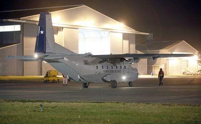 Un avión igual al modelo siniestrado se prepara para despegar en la operación de rescate que se ha organizado hoy en Chile.