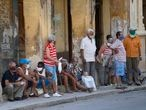 Varias personas esperan su turno para comprar alimentos, hoy viernes 16 del 2021, en La Habana, Cuba. FOTO Yander Zamora