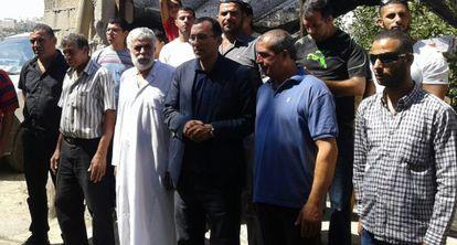 Abdalá abu Nab (con túnica), junto familiares y activistas palestinos en su casa de Silwan, Jerusalén Este.