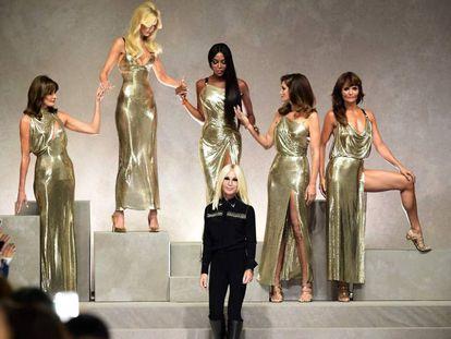 De izquierda a derecha: Carla Bruni, Claudia Schiffer, Naomi Cambell, Cindy Crawford y Helena Christensen, tras Donatella Versace, en el desfile de la firma Milán el pasado septiembre.