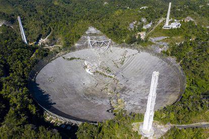 Daños del derrumbe del Observatorio de Arecibo después de que uno de los cables principales que sostienen el receptor se rompiera en Arecibo, Puerto Rico, el 1 de diciembre de 2020.