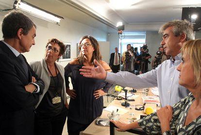 El presidente José Luis Rodríguez Zapatero charla en La Moncloa con los periodistas de la cadena SER que le entrevistaron ayer.