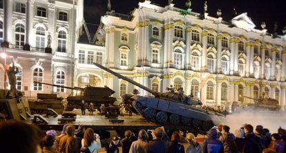 Unos tanques rusos, durante un desfile militar, este lunes en San Petersburgo.