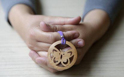 Las manos de Itziar Prats con una mariposa, símbolo contra la violencia machista.