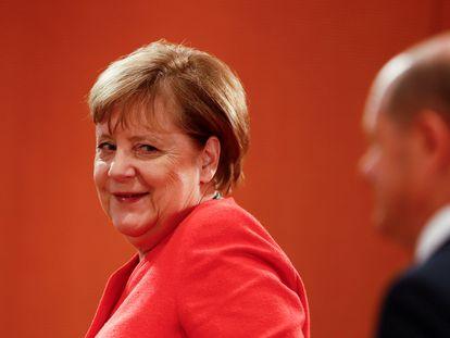 La canciller alemana Angela Merkel, junto al vicecanciller Olaf Scholz.