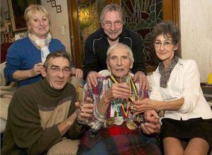 Pauwels, con sus medallas, delante de su hijo, Eddy; sus sobrinas Ingrid (izquierda) y Josiane, y el marido de esta, Roger; en la reunión familiar del lunes 6, la víspera de su muerte.