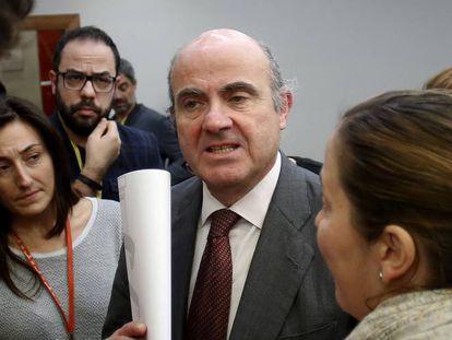 El ministro de economia, Luis de Guindos, habla con periodistas al acabar el Consejo de Ministros