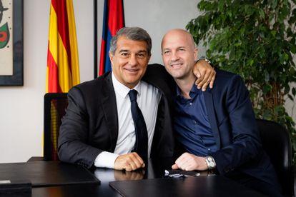 El presidente del FC Barcelona, Joan Laporta, con el nuevo consejero del área de fútbol Jordi Cruyff.