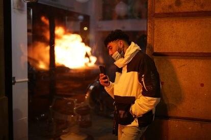 Un joven durante los disturbios en Barcelona este jueves.