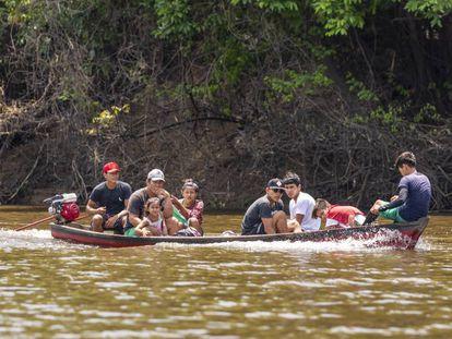 Un grupo de personas se desplaza por un afluente del Amazonas, en los alrededores de Manaos (Brasil). En vídeo, el pulso de la Amazonia al poder para proteger el medio ambiente.