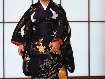 El príncipe Hisahito, tercero en la línea sucesoria al trono Imperial de Japón, cumple tres años. El hijo del príncipe Akishino y la princesa Kiko se convirtió al nacer, en 2006, en el primer sucesor varón en el seno del Trono del Crisantemo en 41 años, en un sistema hereditario exclusivamente masculino. El niño es el único varón del segundo hijo del emperador Akihito y ocupa el tercer lugar en la sucesión por detrás de su tío, el príncipe Naruhito, de 49 años, y de su padre Akishino, de 43.