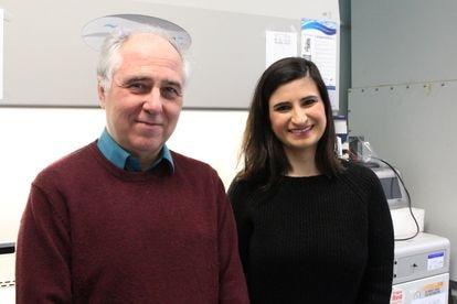Alfonso Martínez Arias junto a Naomi Moris, otra de las autoras principales de la investigación.