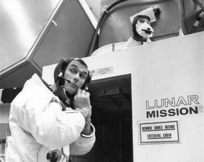 Gene Cernan se prepara para entrar en el simulador lunar, en abril de 1969. El módulo fue apodado 'Snoopy', de ahí el peluche sobre la puerta.
