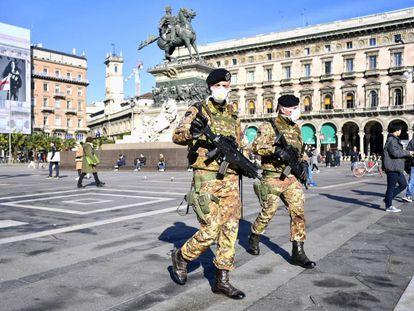 Soldados italianos patrullan este lunes con mascarillas la plaza del Duomo de Milán.