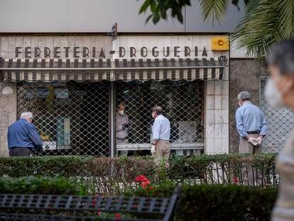 Varias personas esperan su turno de compra en una ferretería de Sevilla.
