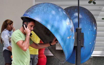 Un cubano habla desde un teléfono público en La Habana