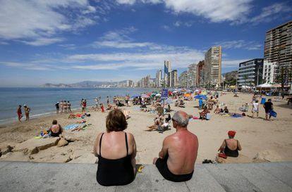 Una pareja de jubilados en la playa de Levante en Benidorm, Alicante.