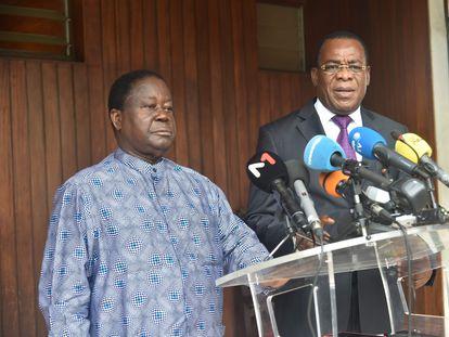 Henri Konan Bédié, izquierda, y Pascal Affi N'Guessan, candidatos de la oposición a las elecciones presidenciales en Costa de Marfil, se dirigen a los medios en Abiyán este jueves.