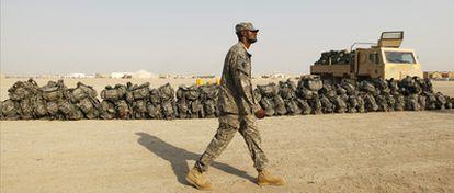 Un soldado camina entre mochilas preparadas para la retirada en la base de Nasiriya.