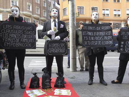 Afectados por la cláusula suelo, durante una concentración en Madrid.