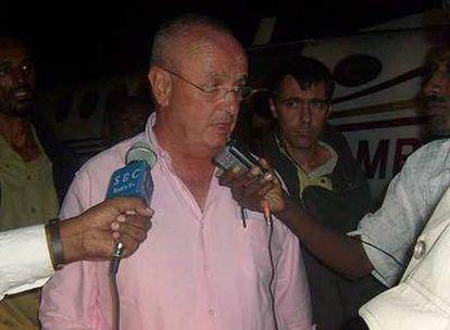 El embajador de España en Kenia, Nicolás Martín Cinto, atiende a los periodistas acompañado del encargado de Negocios de la Embajada de Argentina, Fernando Rolandelli, a su llegada a Bossaso (Somalia).