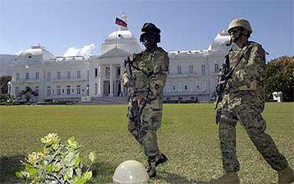 <i>Marines</i> norteamericanos protegen el Palacio Nacional, en Puerto Príncipe, después de la salida de Haití del presidente Aristide.