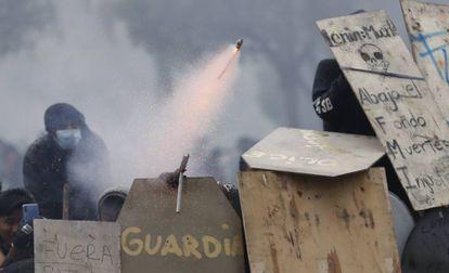 Manifestantes se enfrentan a la policía este domingo, en Quito.