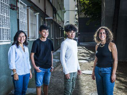 De izquierda a derecha, la profesora Adelis Galindo, los estudiantes Miguel y Erick, y la mentora Ana Tejedor, en la zona de Laguna, Madrid.