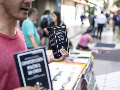 Un vendendor callejero ofrece ejemplares de la Constitución de Chile en el centro de Santiago. / SEBASTIÁN UTRERAS