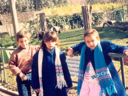 María, con 11 años, junto a su hermana y su primo, en una foto del archivo familiar cedida por ella.