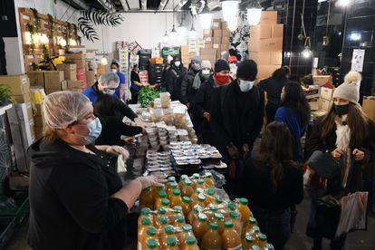 Reparto de comida gratis a estudiantes universitarios en París. 15-02-21. Eric Hadj