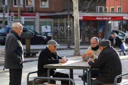 Un grupo de ancianos juega a las cartas en Madrid. Jubilados en Madrid.