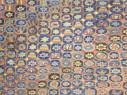 """<em>Pentimento, Albacete s.XV</em> (2004). """"Se llama Pentimento porque hubo varias tentativas de dibujo diferentes"""", explica Lanceta. """"En origen era una anunciación, por eso aparecen de fodo dos personas. Los dibujos que hay dentro de los hexágonos son los originales de las alfombras que aprecen en anunciaciones como la de Berruguete. Me pareció muy dramática la figura con las manos alzadas"""".  """