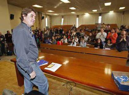 El poeta y profesor Luis García Montero fue recibido ayer con aplausos en su clase en la Universidad de Granada.