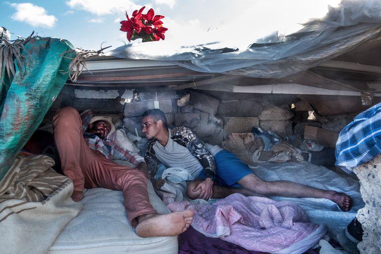 Dos marroquíes malviven en una chabola en una zona montañosa de Las Palmas de Gran Canaria, en una imagen de esta semana.
