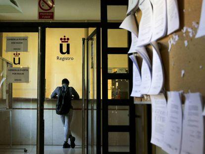 Oficinas de registro de la Universidad Rey Juan Carlos, en el campus de Madrid / En vídeo, el caso de los másteres daña el prestigio de las universidades españolas (ATLAS)