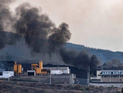 Una hormigonera de la cementera del polígono industrial del Callejón de la Gata, en el municipio de El Paso, quedó medio sepultada tras el paso hoy lunes de la colada de lava del volcán de La Palma.